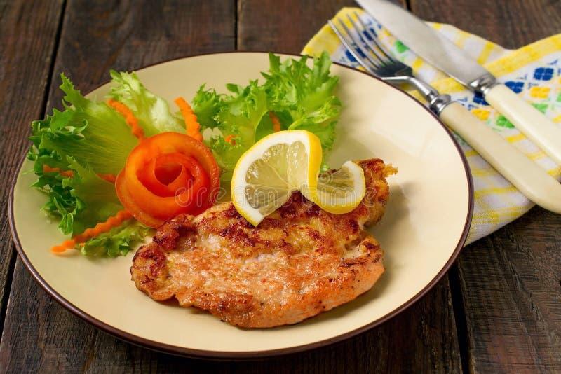 Schnitzel wieprzowina z warzywami zdjęcia royalty free