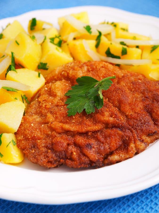 Schnitzel z kartoflaną sałatką zdjęcie stock