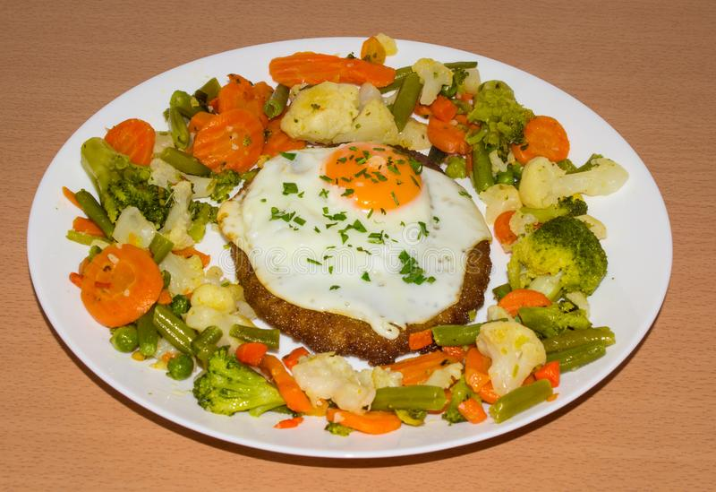 Schnitzel z warzywami i jajkiem Tło zdjęcia royalty free
