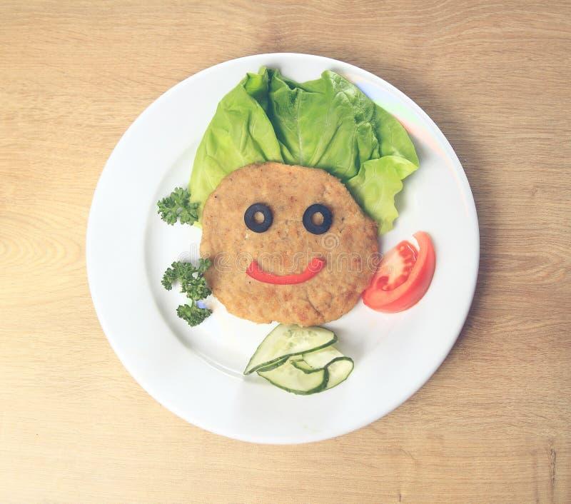 Schnitzel z warzywami na talerzu zdjęcie stock