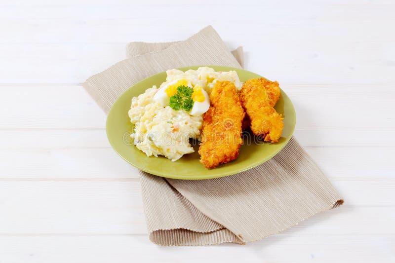 Schnitzels met aardappelsalade royalty-vrije stock afbeeldingen