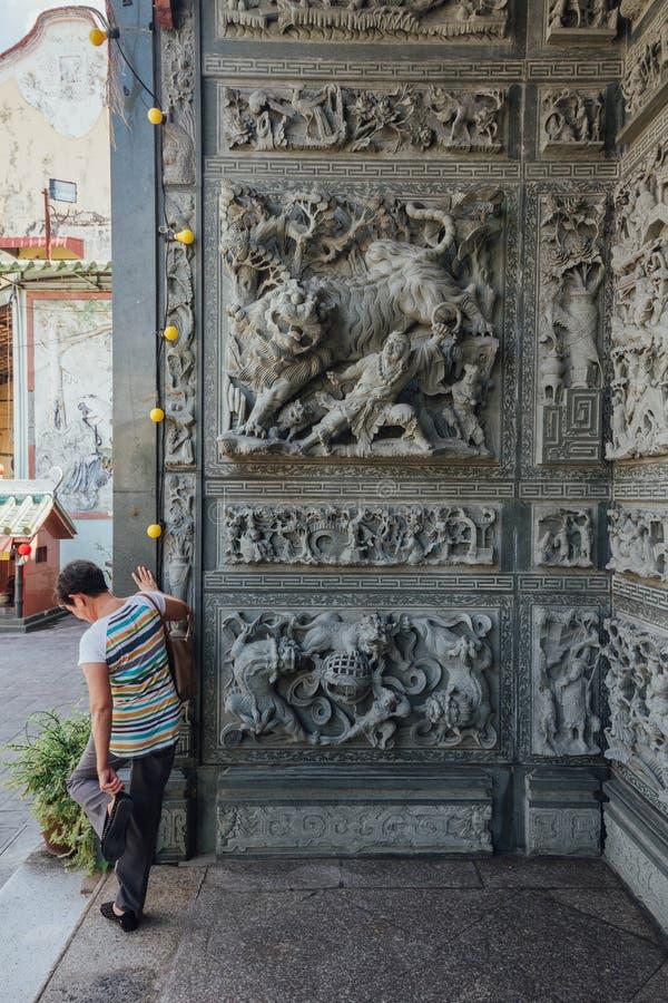 Schnitzende Steinwand, die über chinesische Märchen sprach, im chinesischen Tempel bei George Town Penang, Malaysia lizenzfreie stockfotografie