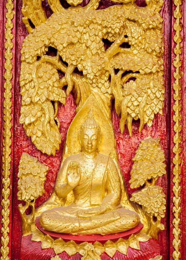 Schnitzende und malende Kunst der traditionellen thailändischen Art am Tempel stockbild