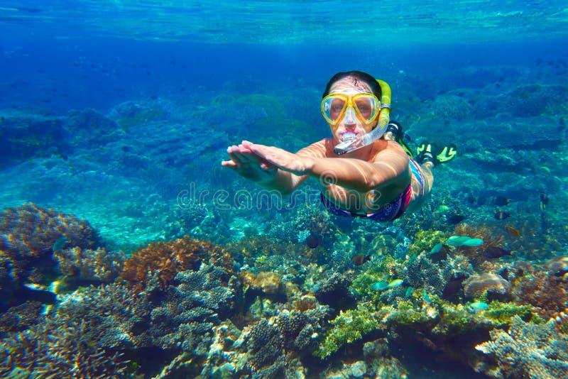 Schnorcheln der Frau über dem Korallenriff stockfotografie