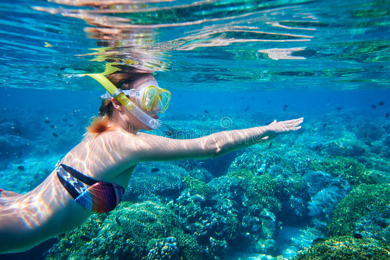 Schnorcheln der Frau über dem Korallenriff lizenzfreie stockfotografie
