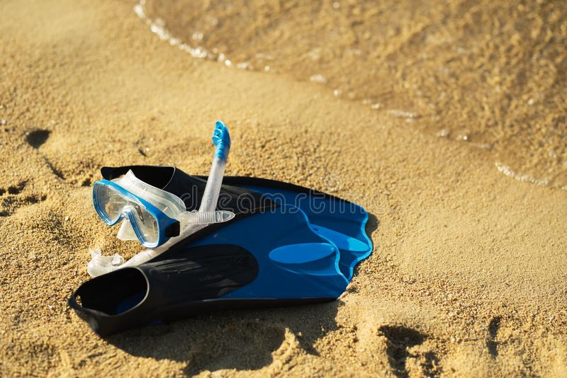 Schnorcheln der Maske und der Flossen auf dem tropischen Strand stockfoto