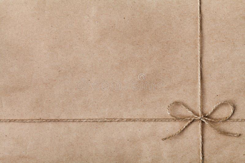 Schnur oder Schnur gebunden in einem Bogen auf Kraftpapier stockbild