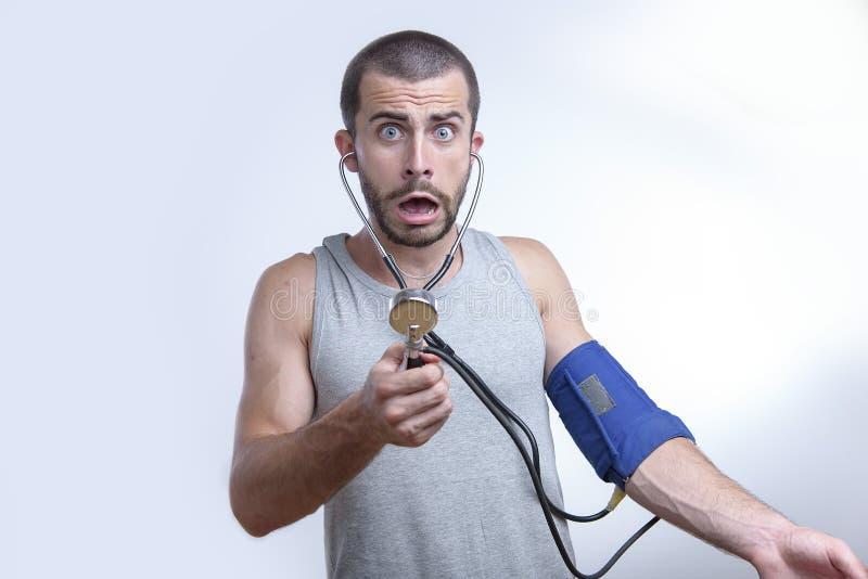 Schockierende Blutdruckergebnisse lizenzfreie stockbilder