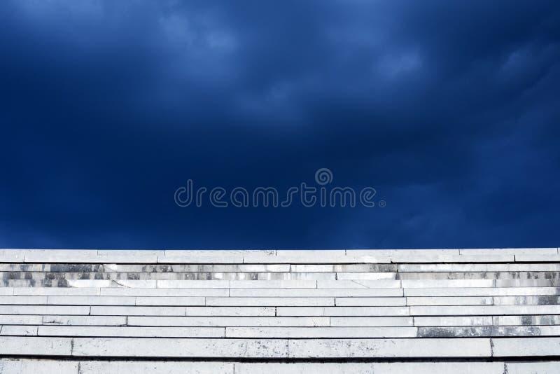 Schodka chmurny niebieskie niebo zdjęcie royalty free