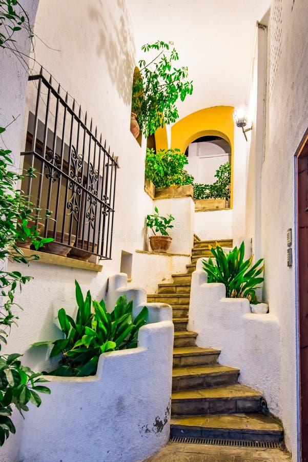Schodki między białymi domami w starej Hiszpańskiej wiosce zdjęcia stock