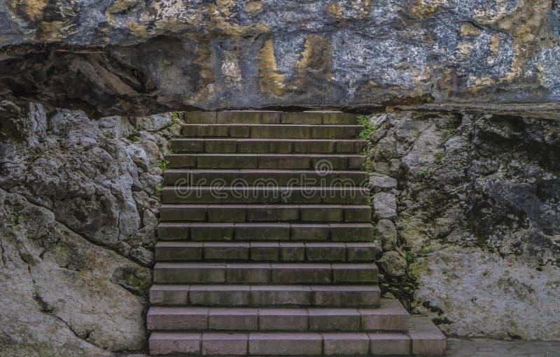 Download Schodki out zdjęcie stock. Obraz złożonej z arkada, skały - 53777714