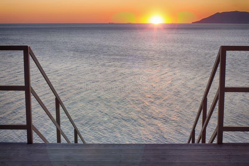 Schodki prowadzi w zmierzch Seascape, obiektywu raca 35 mm zdjęcia royalty free