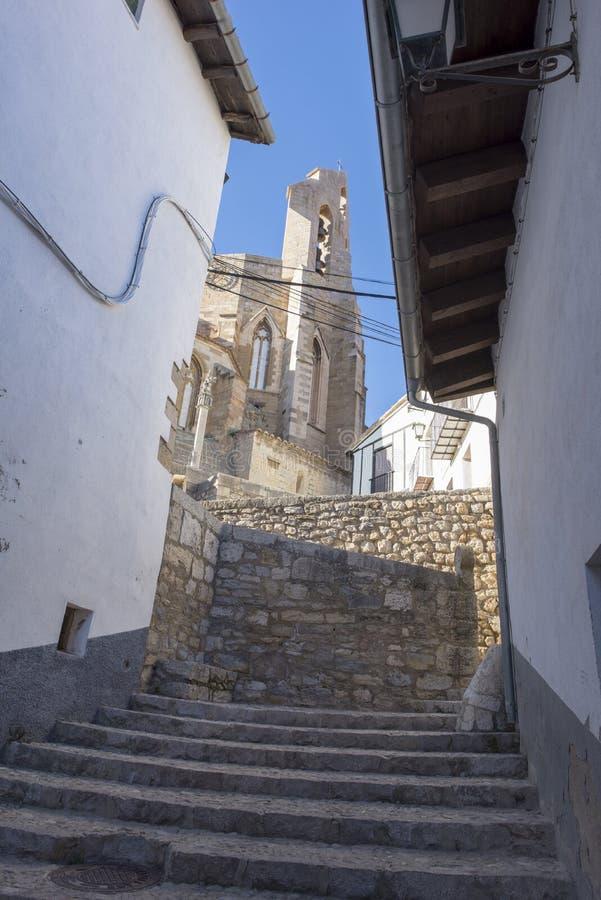 Schodki w Morella i dzwonkowy wierza Santa Maria kościół obraz royalty free