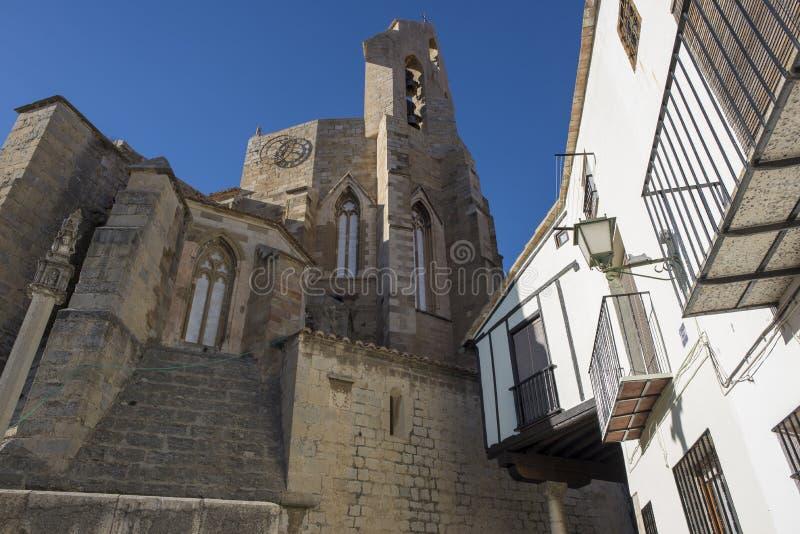 Schodki w Morella i dzwonkowy wierza Santa Maria kościół zdjęcie royalty free