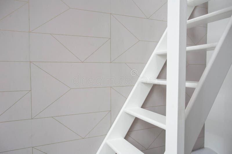 Schodki w nowożytnym białym pokoju, biali drewniani schodki z biel ściany retro tapetą zdjęcie royalty free