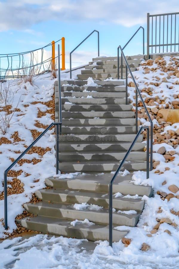 Schodki z roztapiającym śniegiem przeciw chmurnemu niebieskiemu niebu obrazy stock