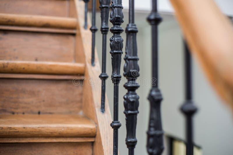 Schody Handrailing w Starym Historycznym budynku Wewnętrzny wystrój roczników schodki z metalu ornamentem i bielu Ściennym tłem zdjęcia royalty free
