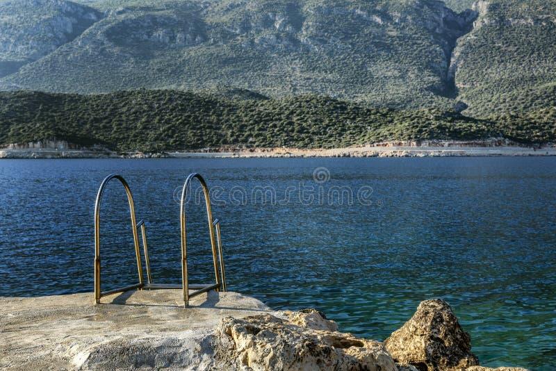 Schody morze w pięknej lagunie Magiczny widok góry i morze wyluzuj si? zdjęcia royalty free