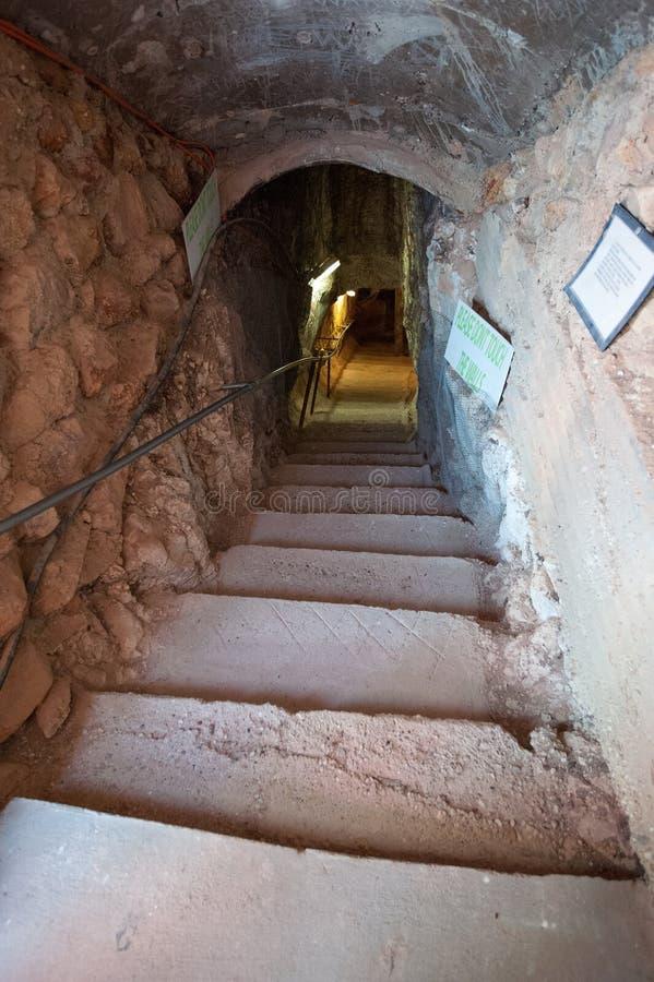 Schody prowadzi w dół opalowa kopalnia zdjęcie royalty free