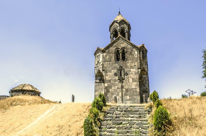Schody prowadzi wysoki dzwonkowy wierza z parasolową kopułą w monasterze Haghpat fotografia stock