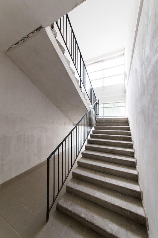 Schody przy wejściem nowy budynek mieszkaniowy bez kończyć obraz stock