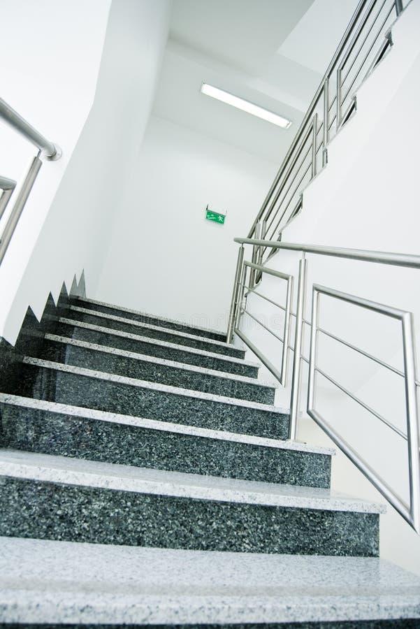 Schody w budynku biurowym zdjęcie royalty free