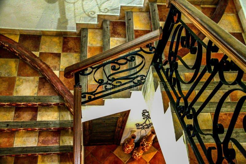 Schody w korytarzu wita goÅ›ci w Hotelu Du Roi Christophe zdjęcie royalty free