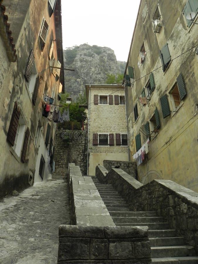 Schody w starym podwórzu w Montenegro zdjęcie royalty free