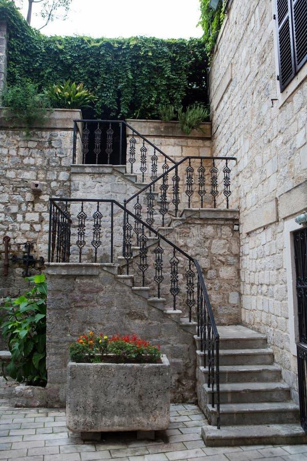 Schody z żelaznymi poręczami i kwiatami w Montenegro fotografia stock