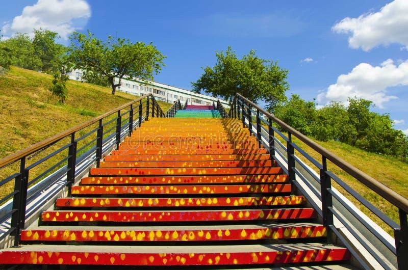 Schody z kolorowymi krokami w postaci tęczy, fotografia stock