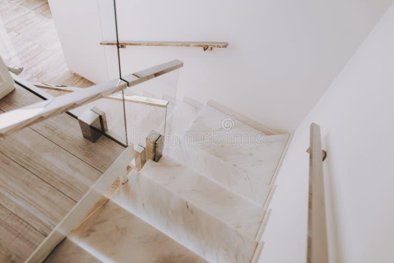 Schody z marmurów krokami w Hall piękna salonie zdjęcia stock