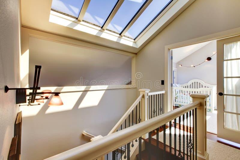 Schody z skylight i dziecka pokojem. fotografia stock