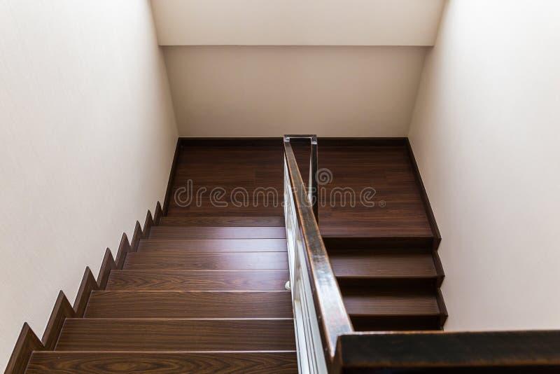 Schody zwyczaj - budujący domowy wnętrze z drewnianym schody i białym wal zdjęcia royalty free
