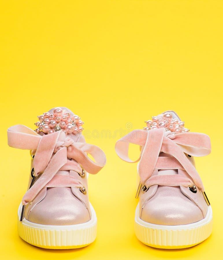 Schoeisel voor meisjes of vrouwen met parelparels die worden verfraaid Comfortabel schoeiselconcept Paar van bleek - roze vrouwel stock afbeelding