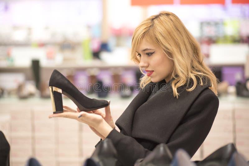 Schoen die, vrouw in een winkelcomplex winkelen royalty-vrije stock foto's