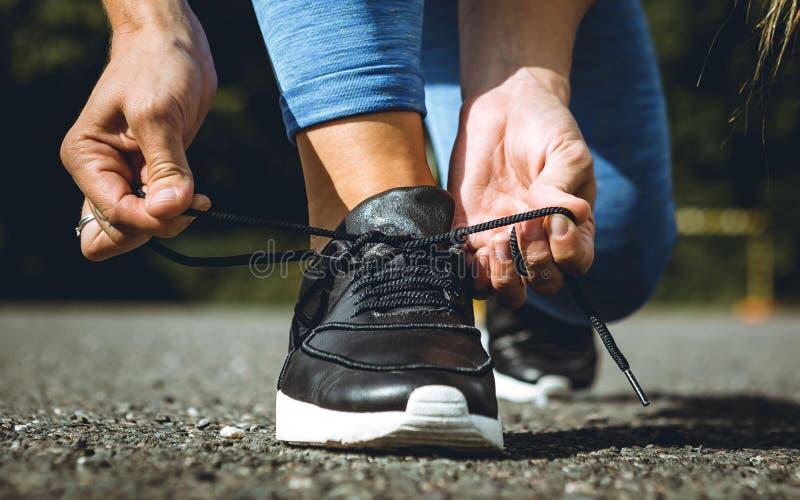 Schoen van de meisjes de strakke sport in openlucht royalty-vrije stock afbeelding
