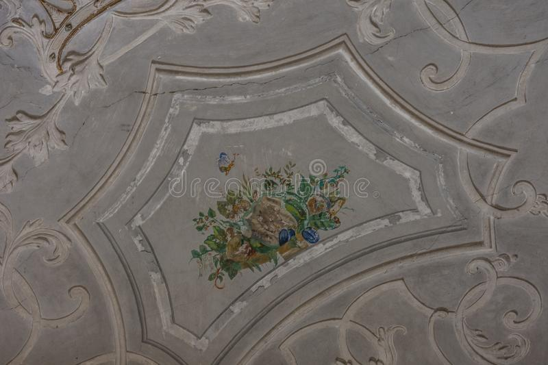 Schoene bunte detailreiche decke in einem schloss. Schoene bunte detailreiche decke in einem verlassenen schloss, lost, places, to, forget, leaving, expire royalty free stock image