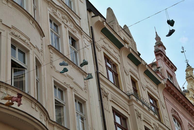 Schoenen die op straat hangen royalty-vrije stock afbeeldingen
