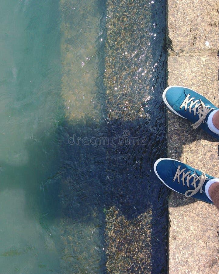 Schoenen door de Rivier op Sunny Day stock afbeelding