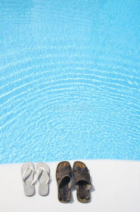 Schoenen door Pool stock afbeeldingen