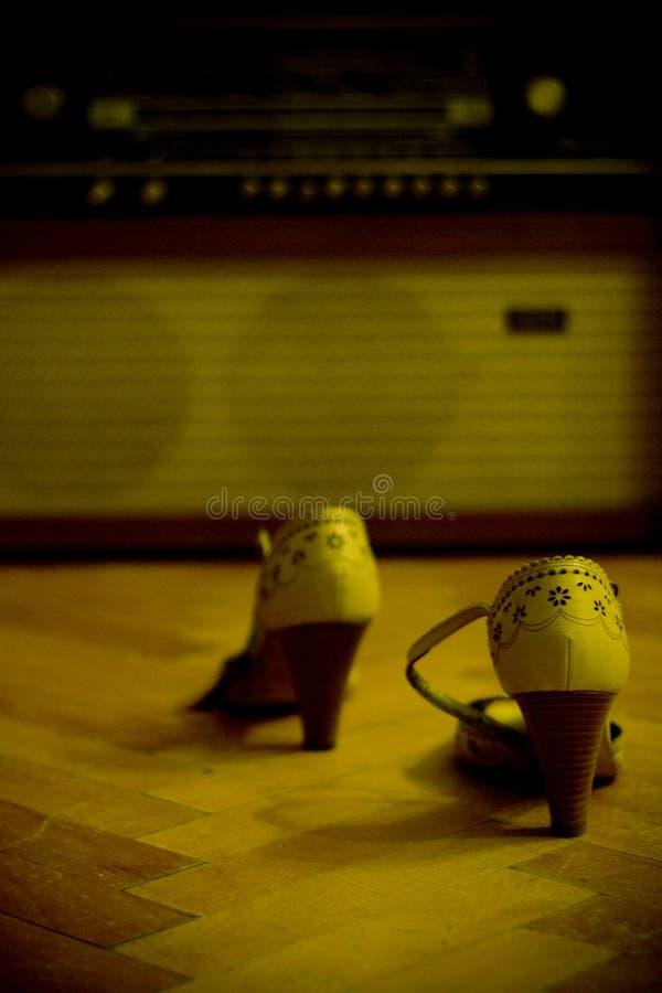 Schoenen en een oude radio stock afbeeldingen