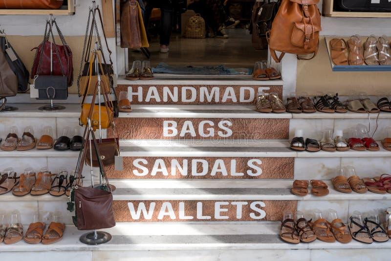 Schoenen en zakken op de stappen stock afbeeldingen