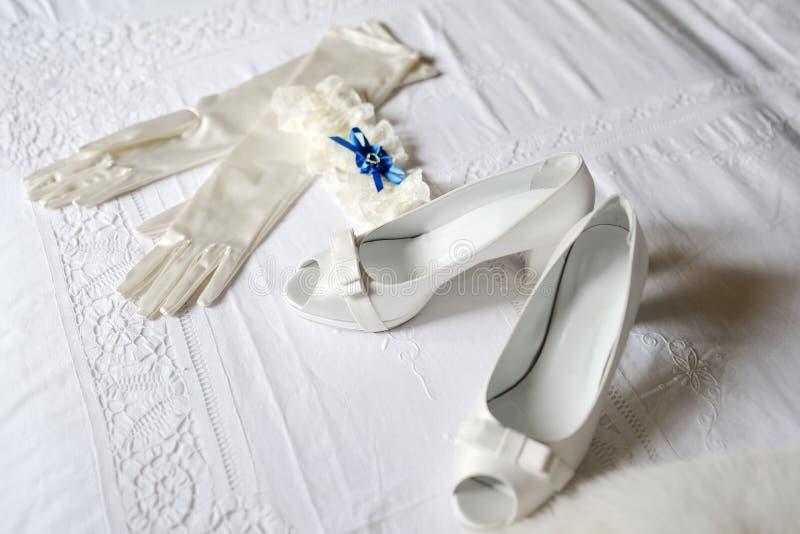 Schoenen, handschoenen en kouseband van de bruid royalty-vrije stock afbeelding