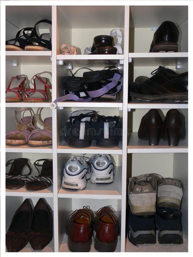 Schoenen in het rek van de schoenopslag stock foto