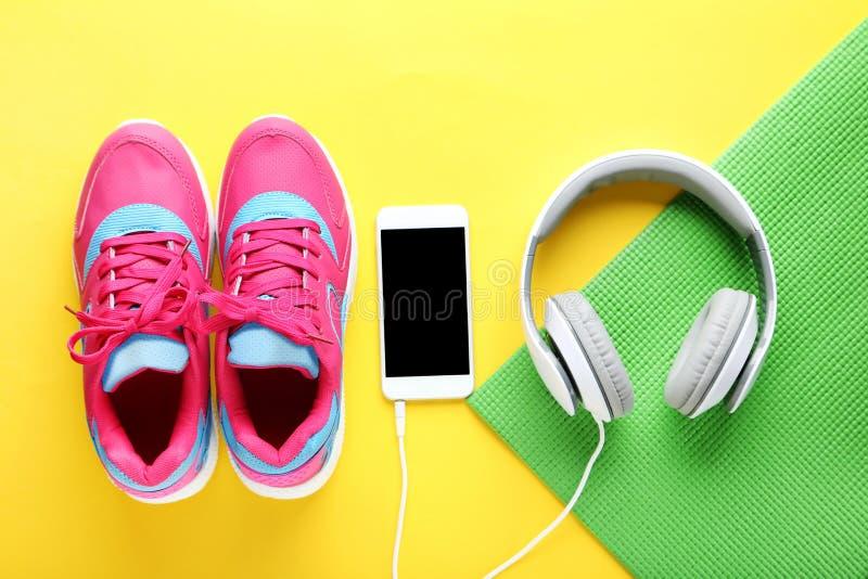 Schoenen met smartphone en hoofdtelefoons royalty-vrije stock afbeeldingen