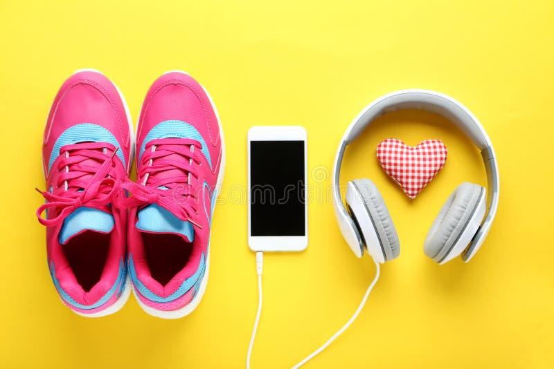 Schoenen met smartphone en hoofdtelefoons royalty-vrije stock foto