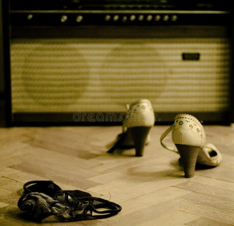 Schoenen, ondergoed, oude radio stock foto