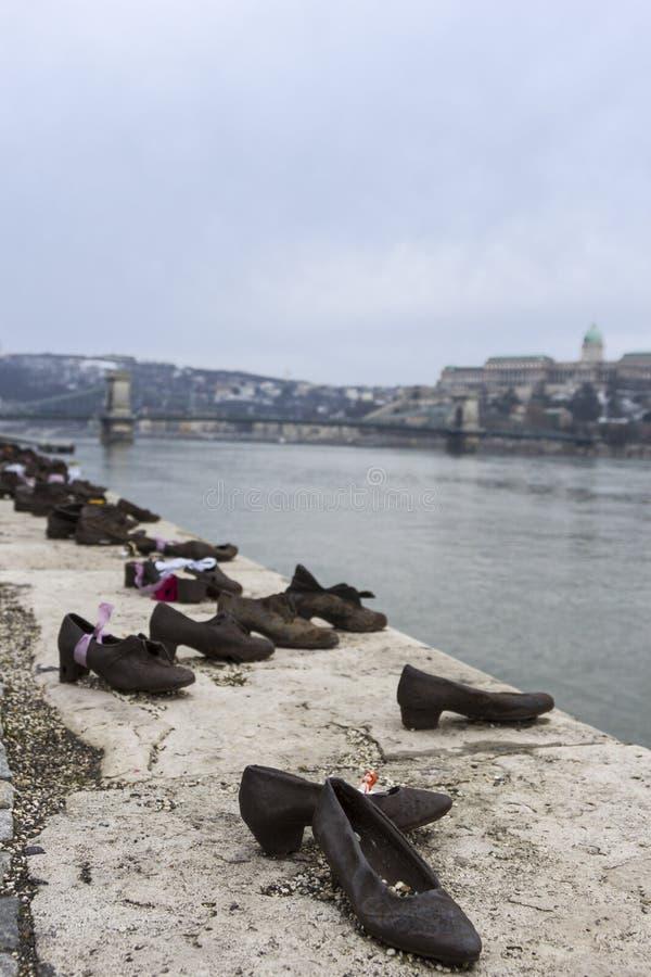Schoenen op de Bank van Donau in Boedapest, Hongarije stock foto's