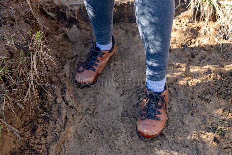 Schoenen op de bergsleep Schoeisel voor mensen die in de bergen reizen royalty-vrije stock afbeeldingen