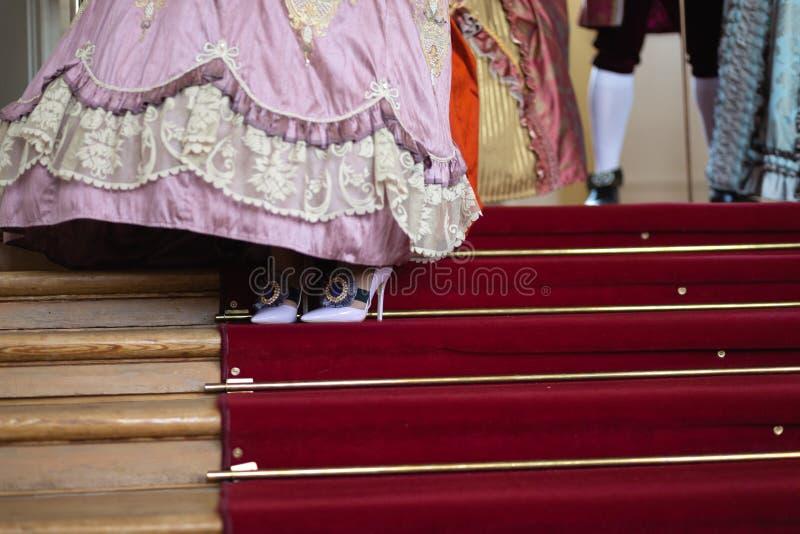 Schoenen - Retro stijl koninklijke middeleeuwse bal - Majestueus paleis met schitterende mensen gekleed in koning en van de konin stock fotografie